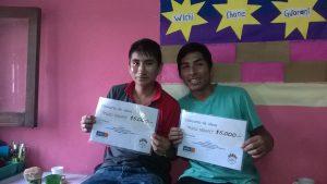 Die beiden Jugendlichen zeigen stolz Urkunde für ihr Unternehmerprojekt