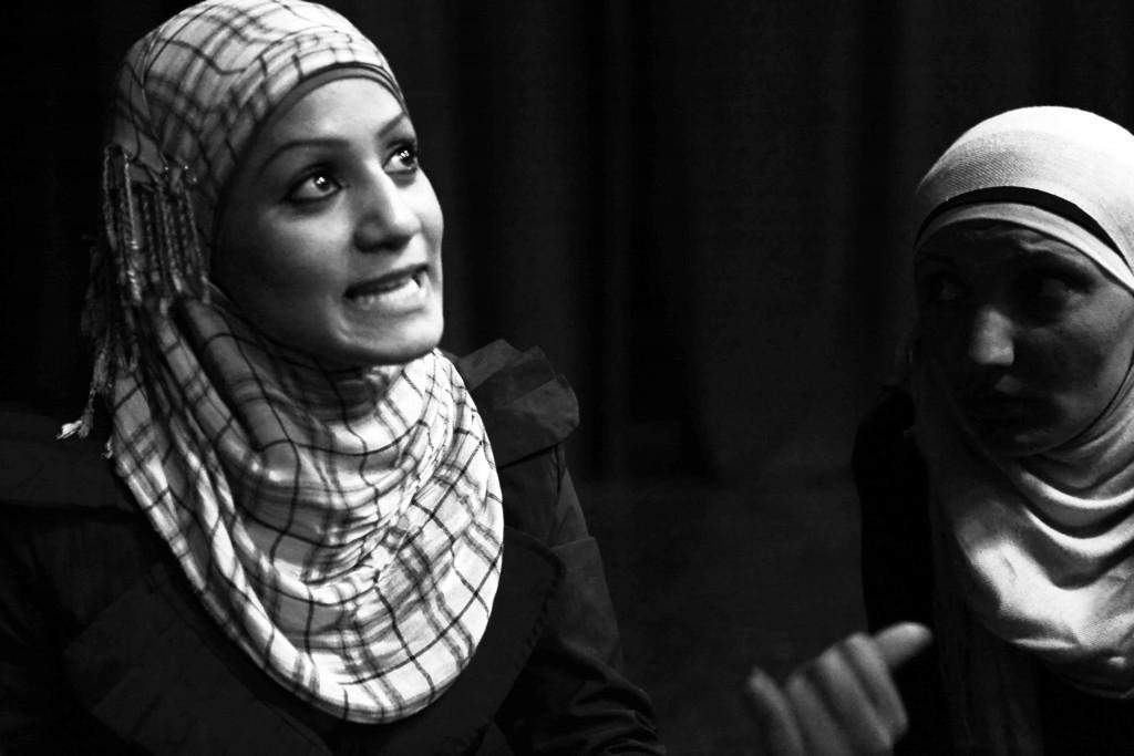 Zwei Schauspielerinnen bei einer Probe des Yes-Theaters
