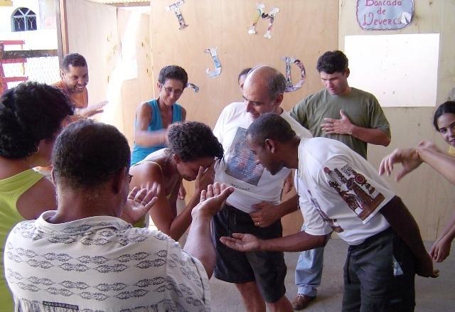 Menschen beim Schauspielen. Zur Armutsbekämpfung in den Favelas gehören nicht nur Kurse zur schulischen und beruflichen Bildung sondern auch zahlreiche Aktivitäten, die das Selbstwertgefühl der Favelabewohner und -Bewohnerinnen stärken und ihnen helfen, ihre eigenen Fähigkeiten zu entdecken.