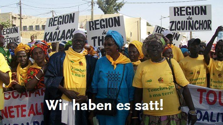 Senegalesische Kleinbäuerinnen und Kleinbauern demonstrieren gegen Landraub.
