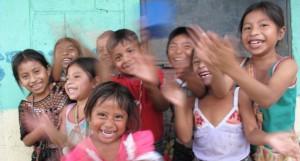 Fröhliche Kinder in Guatelemala: Unsere Bildungsarbeit möchte Menschen dabei unterstützen, ihre Fähigkeiten zu entfalten.