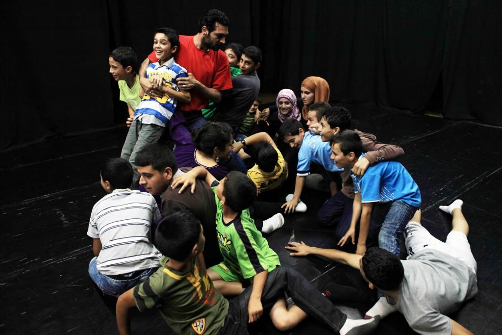Kinder und Jugendliche proben ein Theaterstück beim Yes Theatre in Hebron