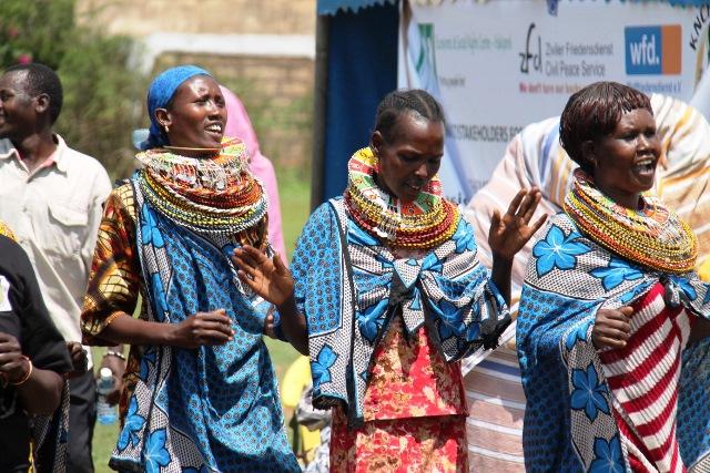 Tanzende Samburu Frauen während der Feierlichkeiten zum internationalen Tag der Menschenrechte in Isiolo.