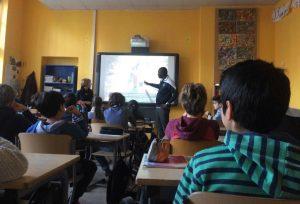 Ein Vertreter von Pronat an einer berliner Grundschule