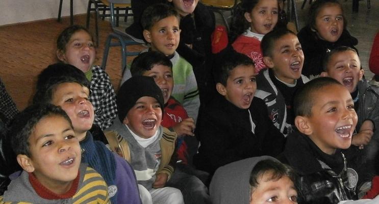 lachende Kinder bei einer Puppentheater-Vorführung des Yes-Theatre in Hebron/Palästina