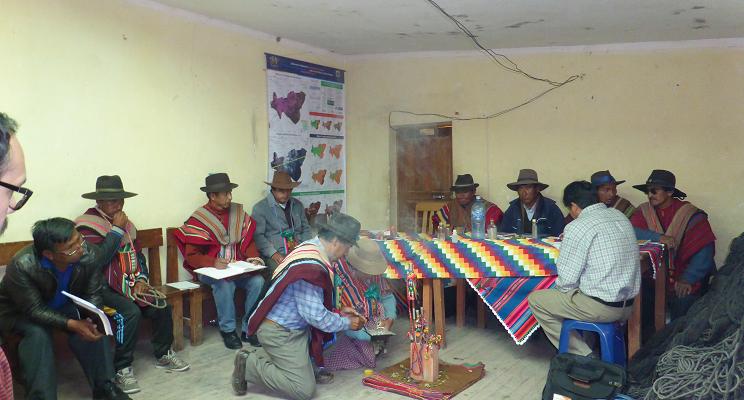 traditionell gekleidete Autoritäten des Ayllu führen eine Zeremonie durch.