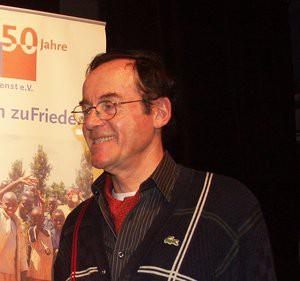 Rolf-Albert Schmitz lächelt. Als Stifter und Mitglied des Weltfriedensdienstes unterstützt er das Projekt COAJ- Menschenrechte für Indigene schon seit Jahren..