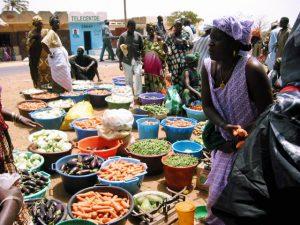Frauen auf dem Gemüsemarkt: Im Senegal fördern wir nachhaltige Landwirtschaft, einer unserer Arbeitsansätze, um die Grundversorgung mit Nahrungsmitteln zu sichern.