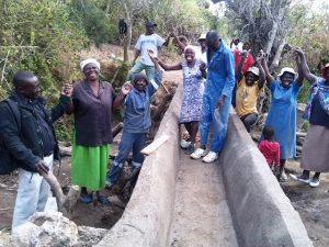 Die Dorfbewohner von Shinja in Simbabwe lebten im Streit um Wasser. Vor Freude über die gerechte Einigung brachen am Ende alle in Jubel, Gesang und Tanz aus.