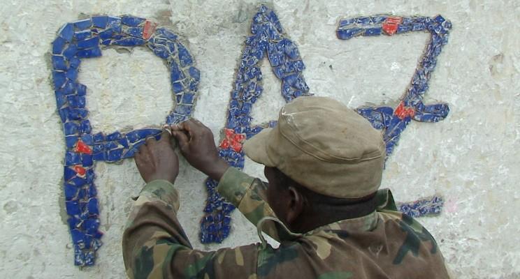 Soldat-schreibt-PAZ-an-oeffentlichen-Brunnen-Mom-ku-mom-DDCC-Guinae-Bissau