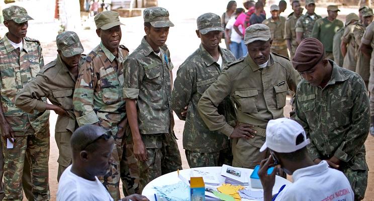 Teilnehmer melden sich für ein zivil-militärisch Dialogveranstaltungen in der Kaserne von Cachungo an