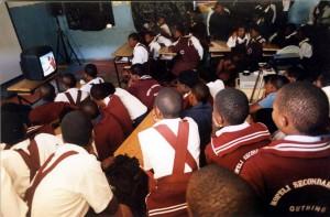 Alle sind gespannt bei der STEPS - for the future-Film-vorfuehrung in der Sekundarschule in Südafrika
