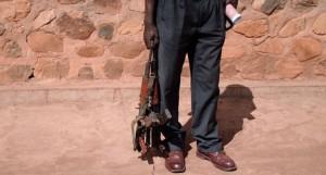 Ein Mann, der das Gewehr niederlegt in Burundi. Doch ohne die Einbindung der Menschenrechte kann Frieden auf die Abwesenheit körperlicher Gewalt eingeschränkt werden.