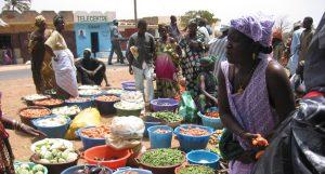 Kleinbäuerin auf einem Gemüsemarkt in Senegal