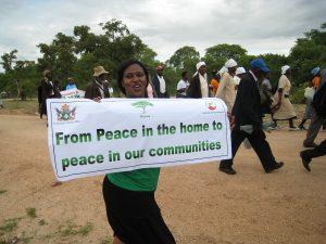 Eine Frau mit einem Banner in der Hand: