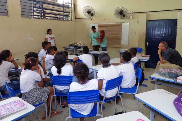 Jugendliche halten einen Workshop