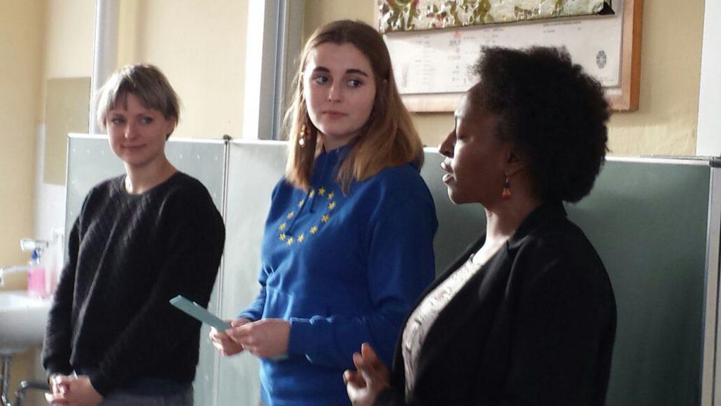 Bildungsteamer und Südpartnerin in Schule