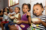CAMPO-Kindertagesstätten: Kinder beim Mittagessen