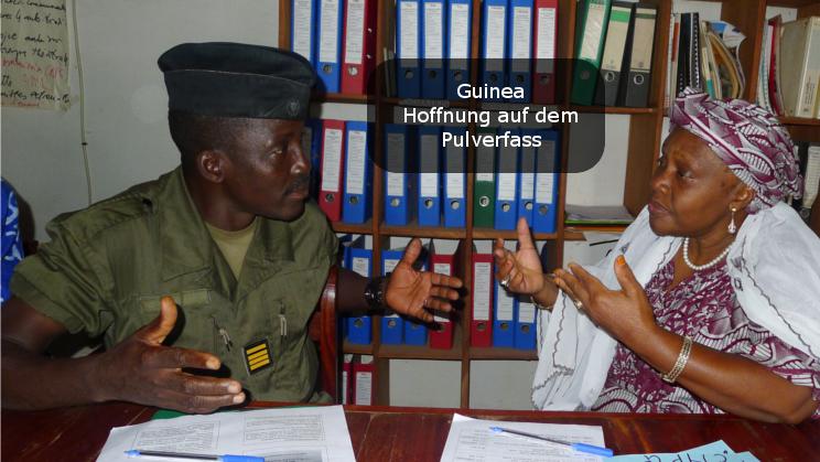 Conakry: Zivilistin und Militär reden miteinander