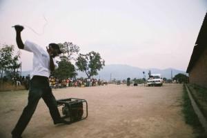 Ein Generator dient bei STEPS-for the future-Film-vorfuerungen in Südafrika als Stromquelle