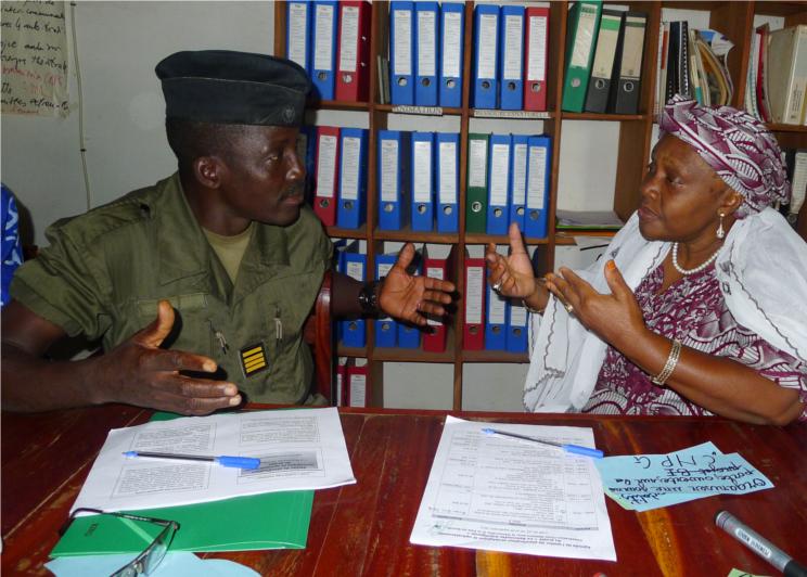 Guinea-Conakry-Friedensaktivistin-Vertreter-Sicherheitskräfte-im-Dialog