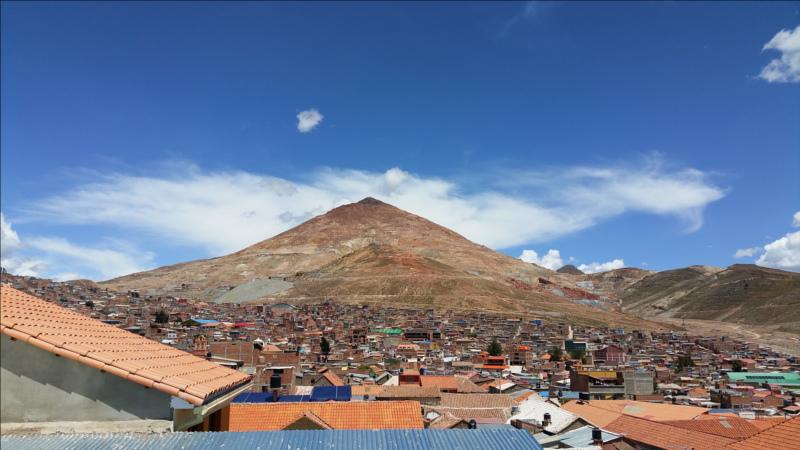 Berg über Siedlung in Bolivien