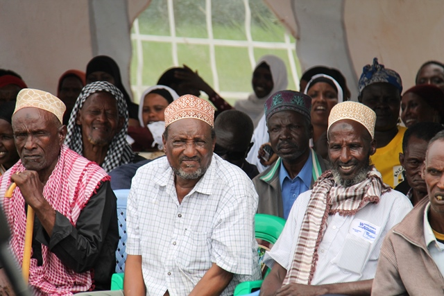 Kenia: Ältere folgen den Feierlichkeiten zum internationalen Tag der Menschenrechte in Isiolo