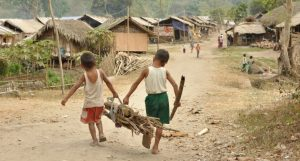Zwei Kinder tragen Feuerholz in einem Flüchtlingslager für Binnenvertriebene in Myanmar