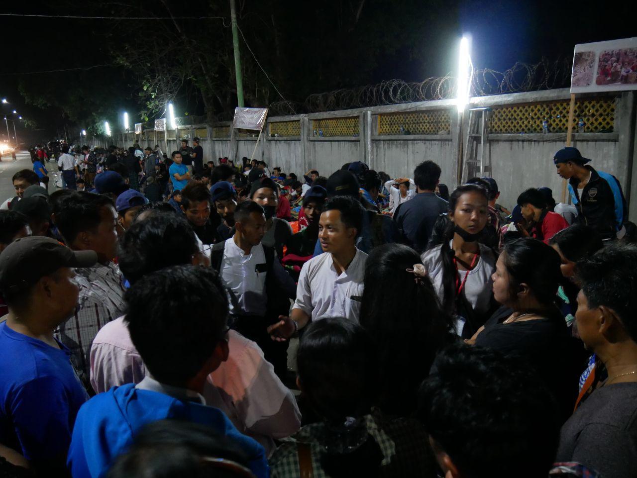 Protestierende lauschen den Ausführungen eines der Führer der Protestbewegung, der soeben von den ergebnislosen Verhandlungen mit dem Militär zurückgekehrt ist. Myitkyina, 3.05.18,