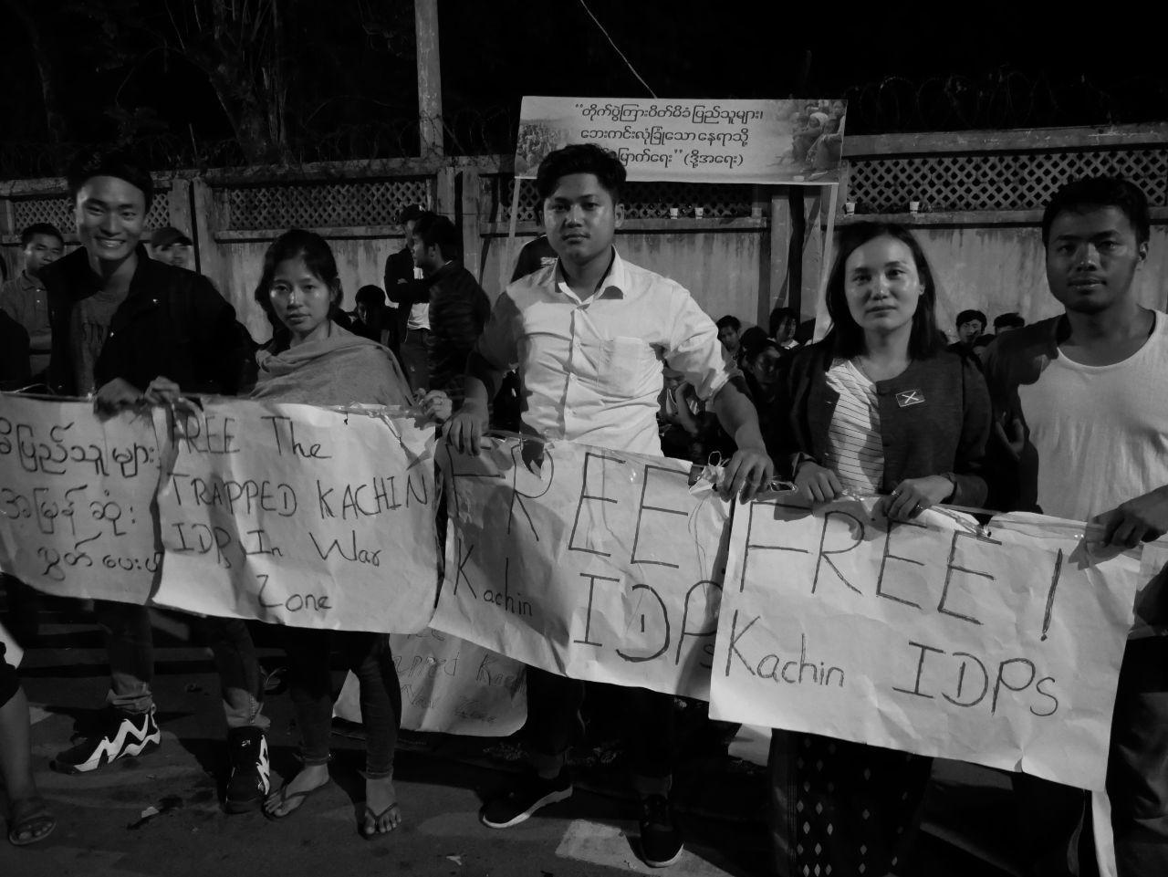 Alumni der Jahrgänge 2016, 2017 und 2018 unserer Partnerorganisation demonstrieren und campieren für die Freilassung der im Kriegsgebiet gefangenen Zivilisten