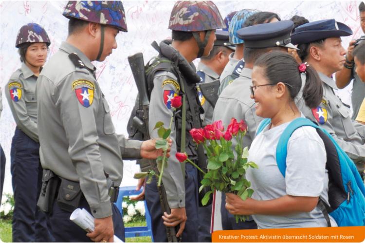 Kreativer Protest: Aktivistin überrascht Soldaten mit Rosen