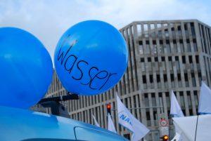 Blauer Ballon mit dem Wort Wasser auf dem Wassermobil auf der Wir-haben-es-satt 2018