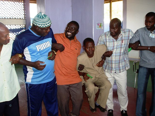 Zivil-Militärischer Dialog in Guinea-Bissau in Aktion: Mitglieder eines Friedesworkshops bei einer spielerischen Übung zur Vertrauensbildung.