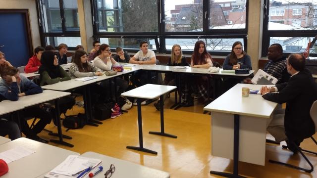 Die Schüler diskutieren mit Johannes Mufakose im Klassenraum