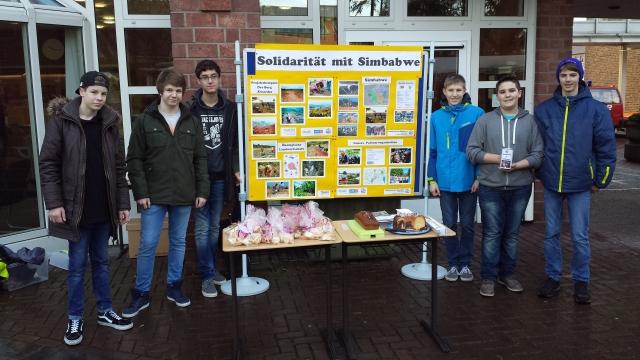 Schüler beim Verkauf von Kuchen und Gebäck. Die Spenden gehen an TSURO