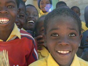 Katutura-Kinderprojekte: Waisenkinder in Namibia lachen in die Kamera