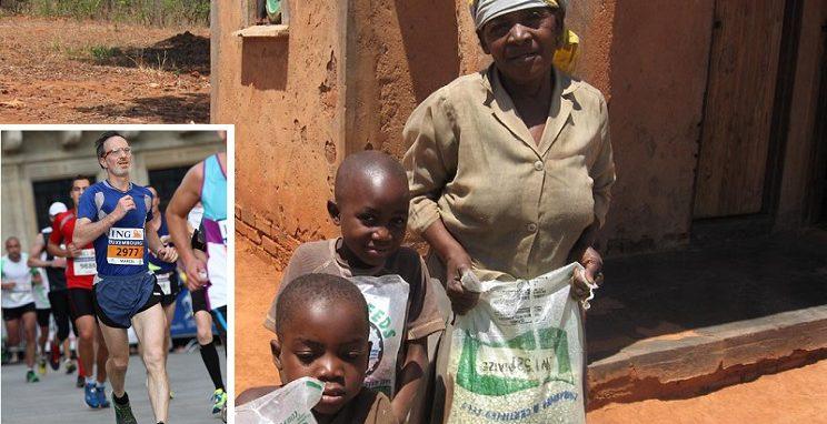 Mann beim Sepndenlauf für Familie in Simbabwe, die Saatgut erhalten hat.