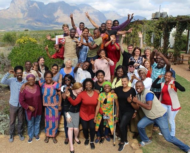 Etwa 30 AktivistInnen aus Ländern des südlichen Afrika und Deutschland posieren lachend für ein Gruppenbild